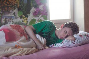 homme lit dormir